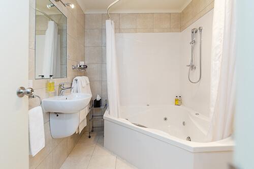Family Spa & Shower Suite upper level (sleeps 5))